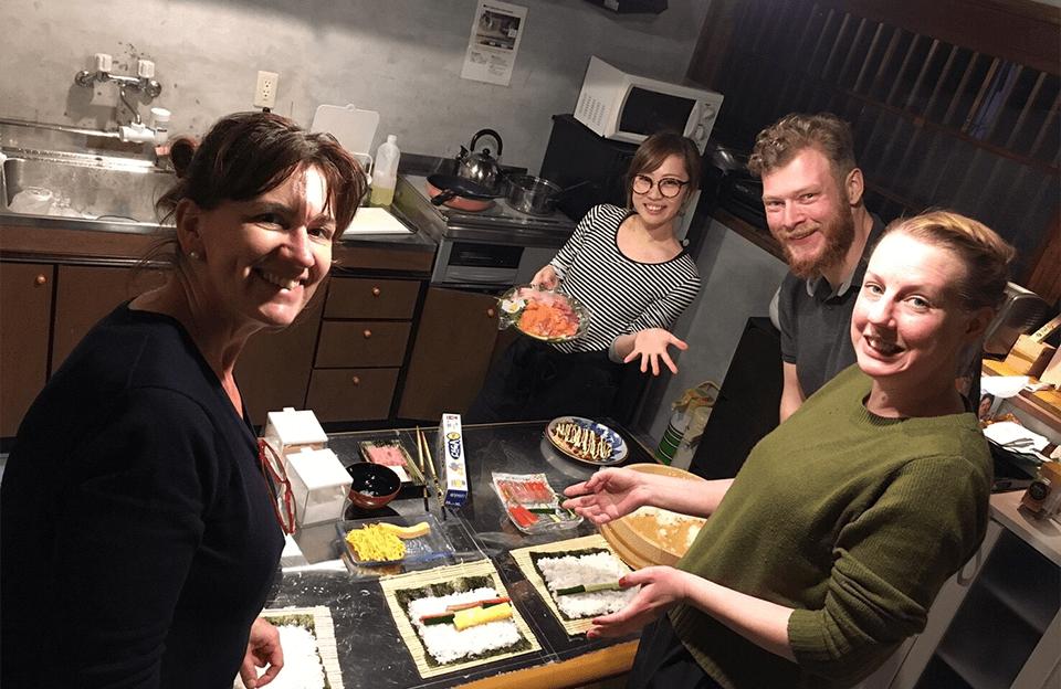 宿泊客に金沢の暮らしにふれてもらうために、一緒に夕食を手作りして食べる体験も行っている。