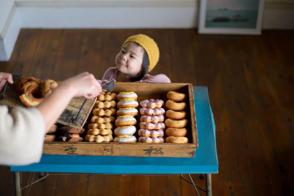 ママが子どものためにつくったおやつ、との思いを込めて、商品名は子ども言葉の「ドーナチュ」に