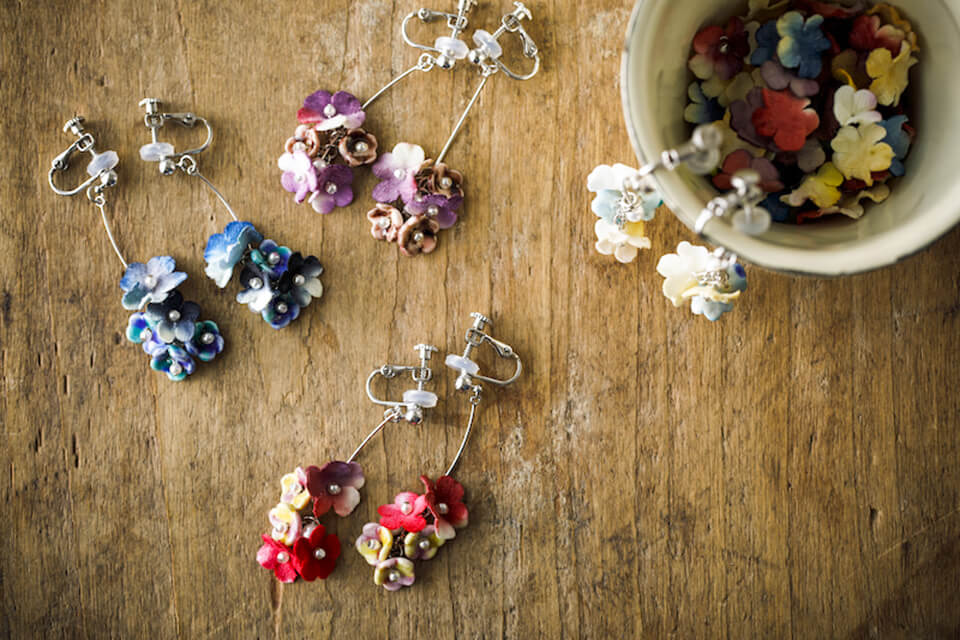 伝統工芸の九谷焼と布花の異素材がコラボしたカスミソウのイヤリング