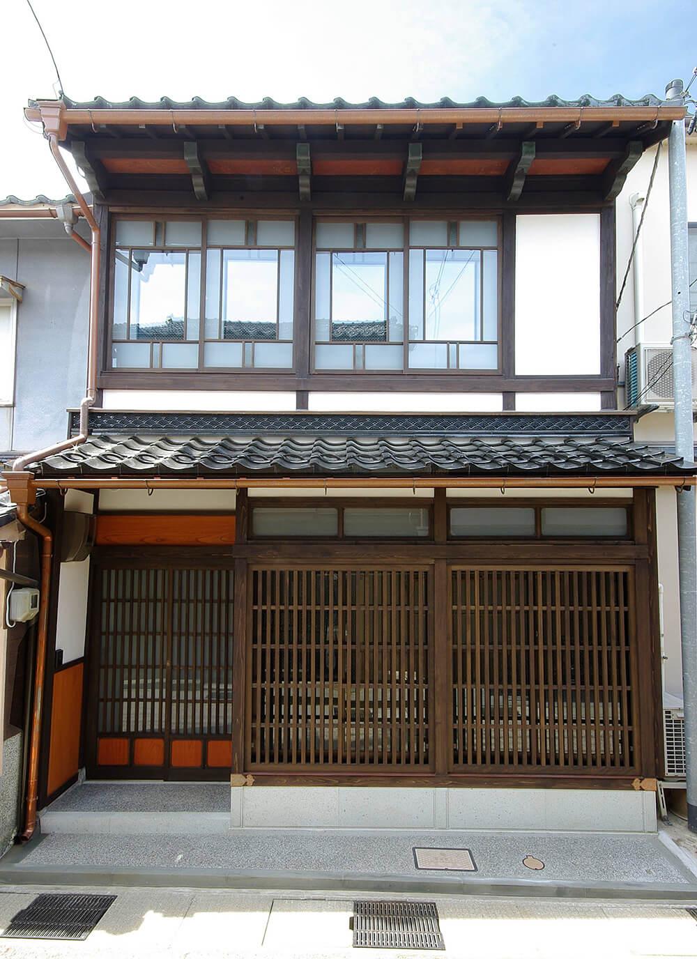 店舗がある東山はギャラリーや工房が多いエリア。作家たちの活動など情報発信の場にもなっている。